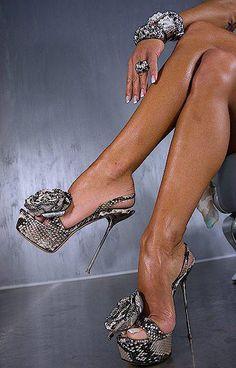 ~ ♥ ~ Stilettos~Pumps~Heels ~ ♥ ~ Oooh so sexy! Zapatos Shoes, Shoes Heels, Heeled Boots, Shoe Boots, Modelos Fashion, Killer Heels, Hot Shoes, Sexy Heels, Sexy Sandals