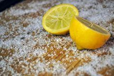 Usar limones y sal gruesa funciona sobre una gran variedad de maderas y bambú. Para obtener las instrucciones completas, haz clic aquí.