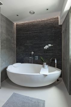 bath in tight space with stone wall. Dado JEE-O quartz elaine -Egg-shaped bath in tight space with stone wall. Dado JEE-O quartz elaine - Bathroom Design Inspiration, Bad Inspiration, Modern Bathroom Design, Bathroom Interior Design, Design Ideas, Contemporary Bathrooms, Modern Design, Zen Bathroom, Family Bathroom