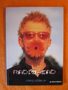 Thom Yorke, random Radiohead book from Thom Yorke Radiohead, Flower Choker, Grunge, Band Posters, Music Posters, Retro Posters, Britpop, Monochrom, Post Punk
