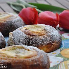 Prajitura cu biscuiti si crema de vanilie, fara coacere | Retete culinare cu Laura Sava - Cele mai bune retete pentru intreaga familie Russian Desserts, Romanian Food, Bagel, Doughnut, Muffin, Easter, Mai, Bread, Breakfast