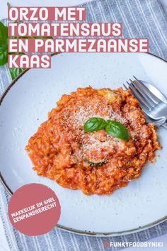 Recept voor Orzo met kip, tomatensaus en parmezaanse kaas. Orzo is pasta, maar heeft de grote van rijst. Orzo wordt ook wel risini genoemd. Makkelijk, simpel en snel te bereiden recept voor het avondeten. Meatless monday? Maak deze orzo dan vegetarisch door de kip te vervangen door een vleesvervanger. Eenpansgerecht en favoriet recept van vele! Bezoek snel mijn foodblog voor het hele recept! (Nederlands) Food Blogs, Pasta Recipes, Curry, Good Food, Dinner, Ethnic Recipes, Foodies, Risotto, Dining
