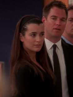 """Love the long, straight hair held back by a plastic brown headband. It's a good look on Ziva David. From """"Requiem. Series Movies, Tv Series, Ncis Bishop, Anthony Dinozzo, Ziva And Tony, Ziva David, Michael Weatherly, The Mentalist, Straight Hairstyles"""