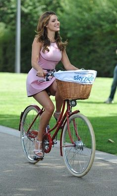 Kelly Brook Photos - Kelly Brook wears a very short pink mini dress as she joins Mayor Boris Johnson for London's Sky Ride at Potters Fields Park. - Kelly Brook Launches Mayor Of London's Sky Ride 3 Women's Cycling, Cycling Girls, Bicycle Women, Bicycle Race, Bicycle Girl, Kelly Brook, Hot Girls, Female Cyclist, Cycle Chic