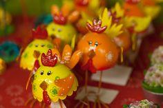 Gallos graciosos en latón para decorar la Pascua