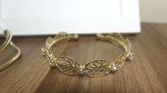Bracelete com banho de ouro 18k, com strass cravejado.