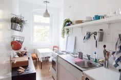 Schöne Kücheneinrichtung in weiß mit Sitzgelegenheit.