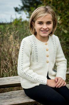 Fin lille pigetrøje med det flotteste enkle lille hulmønster samt retrillemønster og perlestrik. Strikket og designet i det lækre bløde