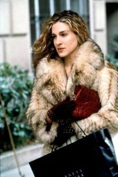 Best Looks Ever Seriously can someone make a faux fur version of this coat, pls? Sarah Jessica Parker as Carrie Bradshaw.Seriously can someone make a faux fur version of this coat, pls? Sarah Jessica Parker as Carrie Bradshaw. Carrie Bradshaw Estilo, Carrie Bradshaw Quotes, Carrie Bradshaw Outfits, Style Work, Mode Style, Sarah Jessica Parker, Slouchy Stiefel, Fur Fashion, Winter Fashion