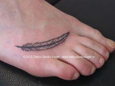 Google Afbeeldingen resultaat voor http://www.tattoostudiovught.nl/media/images/tattoo-voet-veer-feather-217.jpg