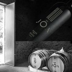 Vinho Alto do JOA. Este vinho é o resultado da aliança do processo tradicional com as melhores práticas enológicas. Os solos são xistosos e o vinho apresenta uma grande capacidade de evoluir em garrafa. É um vinho muito singular dando uma experiência de prova muito distinta dos normais vinhos do mercado. Caracterizado como sendo um vinho elegante e único. Distribuidor oficial distrito de Aveiro: Ria Gourmet, Lda – www.ria-gourmet.pt Vodka, Grande, Virgin Party Drinks, Spices, Bottle, Gourmet, Liqueurs, Traditional, Frames