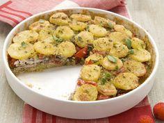 Questa tortiera di patate e acciughe è un piatto completo e gustoso. perfetto per quando hai voglia di preparare una ricetta saporita ma con pochi grassi.