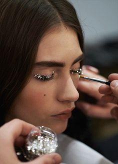 Chanel FW glitter, eyes, make-up, beauty Eye Makeup, Runway Makeup, Makeup Art, Hair Makeup, Catwalk Makeup, Dance Makeup, Eyelashes Makeup, Party Makeup, Lr Beauty