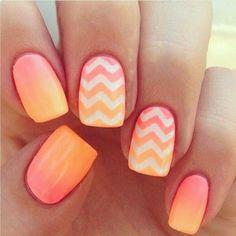 Uñas decoradas con esmalte color naranja y rosa