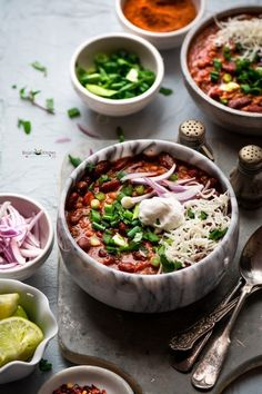 Chipotle vegetarian Bean Chili, a delicious, comforting Mexican style beans soup is very easy to make and perfect for those cold wintery dinners. Protein... Healthy Chili, Vegetarian Bean Chili, Vegetarian Breakfast Recipes, Mango Recipes, Chili Recipes, Quesadillas, Burritos, Enchiladas, Kids Cooking Recipes