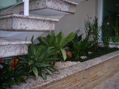 um pequeno jardim embaixo da escada