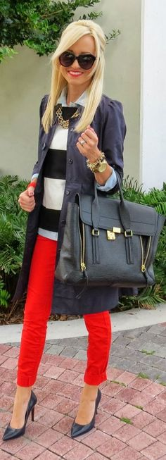 The pants plus black and white make for a classic and cool combo, made even a starter by the bag, shoes and jewelry.