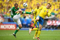 Sweden's midfielder Emil Forsberg (R) and Ireland's midfielder Glenn Whelan (L) vie for the ball during the Euro 2016 group E football match between Ireland and Sweden at the Stade de France stadium in Saint-Denis on June 13, 2016. / AFP / MARTIN BUREAU