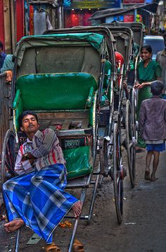Grabbing a nap while he can in Calcutta, India. Nova Deli, Asia, Amazing India, India People, West Bengal, India Travel, Kolkata, People Around The World, Beautiful World