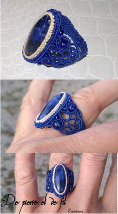 bague en micro-macramé, cabochon en sodalite naturelle et perles des rocaille Macrame Rings, Macrame Necklace, Macrame Jewelry, Macrame Bracelets, Micro Macramé, Diy Rings, Freeform Crochet, Ring Bracelet, String Art