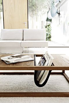 table basse bois massif de design moderne avec rangement