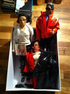 Want this!!!!!!!!  2x Michael Jackson Dolls + Extra Outfits And Accessories - http://www.michael-jackson-memorabilia.co.uk/?p=9042