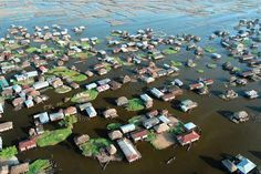 La cité lacustre de Ganvié vue d'en haut.  Ganvié est un village lacustre du sud du Bénin, situé sur le lac Nokoué au nord de la métropole de Cotonou. Surnommé « la Venise de l'Afrique », il regroupe quelques milliers de cases en bois, érigées sur des pilotis et compte aujourd'hui environ 30 000 habitants qui vivent principalement de la pêche, mais de plus en plus aussi du tourisme.
