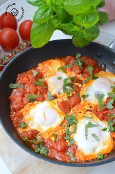 Szakszuka - pyszny pomysł na śniadanie - KulinarnePrzeboje.pl Grilling, Food And Drink, Eggs, Dishes, Cooking, Breakfast, Ethnic Recipes, House Architecture, Food Ideas