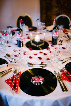 Retro Rockabilly Wedding Table D? The Vinyl Place Setting is an Amazing Idea. 50s Wedding, Wedding Themes, Wedding Table, Wedding Styles, Wedding Ceremony, Dream Wedding, Wedding Tips, Punk Rock Wedding, Retro Wedding Decor