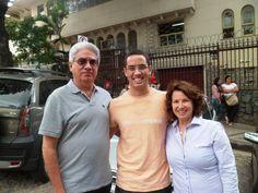Luiz Eduardo chega muito confiante no campus Aimorés, acompanhado dos pais, para prestar vestibular de Engenharia Mecânica.