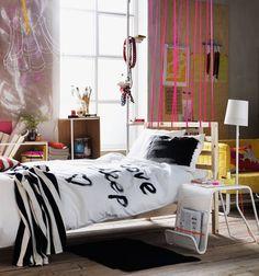 Jugendzimmer Bettwäsche Es muss nicht immer ein Raumtrenner sein, der viel Platz einnimmt. Mit Stoffbändern kann man ganz leicht den Schlaf- vom Wohnbereich trennen. Und weiße Wäsche muss nicht weiß bleiben, sondern wird mit etwas Fantasie zur Leinwand für eigene Kunstwerke. Darüber dürften sich besonders die jüngeren Mitbewohner freuen.