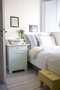 Dreaming of a white wood house - Decorator's Notebook - cottage bedroom Home Bedroom, Bedroom Decor, Cottage Bedrooms, Small Bedrooms, Bedroom Ideas, Master Bedroom, Swedish Bedroom, Nordic Bedroom, Bedroom Nook