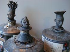 Réalisés a partir de boites en métal du café ILLY la tête et les pieds sont en céramique