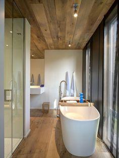 Wood ceiling in bathroom small elegant bathroom with freestanding tub wood ceiling bathroom ideas Small Elegant Bathroom, Modern Bathroom Design, Beautiful Bathrooms, Small Bathroom, Master Bathroom, Attic Bathroom, Modern Design, Kits Pour La Maison, Interior Architecture