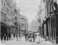 Dagelijks leven in Utrecht - 1902   De Steenweg richting de Choorstraat. Rechts een hondenkar (HUA)