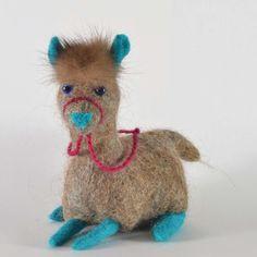 Kleines #handgefertigtes Alpaka aus brauner #Alpakawolle und grauer #Schafwolle mit blauen Beinen, Ohren und Näschen. - Little felted Alpacas - Craftwerk