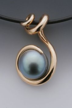 Pendant | Etienne Perret.  18 kt Gold and pearl