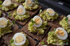 Pastă de avocado cu cremă de brânză, usturoi și ceapă verde   Savori Urbane Pan Integral, Pasta, Avocado Toast, Food Porn, Food And Drink, Eggs, Breakfast, Amazing, Ethnic Recipes