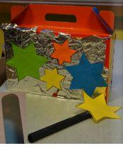 Beste mensen,  Hier sta ik dan héél fier, met mijn valies van papier.  Uit dit valiesje hier van mij, tover ik nu heel blij, duizend wensen met plezier, en een kusje daar en hier …  gelukkig nieuwjaar !!  Hokus, pokus, pas, Ik wou dat de ster daar was! (valies openen)  ==> in de valies zitten kleine sterretjes met wensen op.