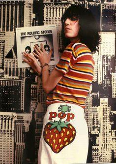 Punk poetess Patti Smith posing with a Rolling Stones album♫♫♥♥♫♫♥♥♫♥JML Just Kids, Women In Music, Fashion Mode, Fashion Beauty, Punk Fashion, Vintage Fashion, Just Kidding, Best Tv Shows, Rolling Stones