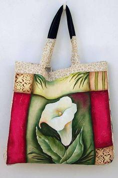 Bolsa de tecido pintada a mão, confeccionada em tecido de lonita e jeans, com acabamento em tecido de algodão. <br>Verificar disponibilidade do tecido estampado.