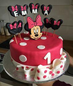 Minnie-Mouse Motivtorte Ein Traum für jeden Mädchen - Kinder - Geburtstag. Die Torte ist mit einer Beerencreme gefüllt, damit diese passend rosa/pink ist. Rezepte für die Tortenfüllung und den Boden findet ihr auf dieser Seite. Ebenfalls bekommt ihr eine Anleitung wie man Torten richtig eindeckt.