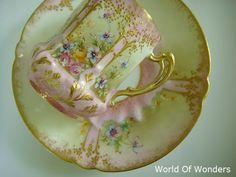 本日は、<アンティーク>フランス製 リモージュ オールハンドペイント デミタスカップ&ソーサー(ピンク)のご紹介です。。。  このアンティークっぷり! このカップのシェイプにハンドルのデザイン。。。卵の殻のように薄い、大変美しい形状のお品です。。。      たまたま、この...