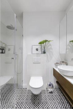 Strefa wc z wzorzystą podłogą Small Toilet Design, Wet Rooms, Bathtub, Home And Garden, Studio, House, Inspiration, Home Decor, Interiors