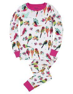 Meisjes pyjama Tropcial Birds van het kinderkleding merk Hatley  Dit is een witte meisjes kinderpyjama uit 2 delen, de pyjama is afgewerkt met roos en heeft een all over print van verschillende kleuren tropische vogels, sommige vliegen en anderen zitten samen op een tak.