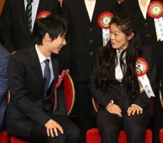 テレビ朝日ビッグスポーツ大賞表彰式で澤穂希さんと談笑する羽生結弦