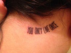 """Tattoo na nuca: You Only Live Once (YOLO), que significa """"Você vive somente uma vez""""."""