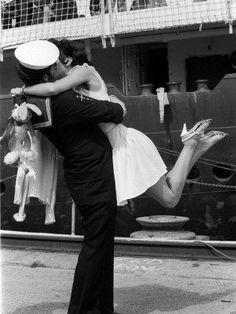 Vintage Kiss, Vintage Couples, Vintage Romance, Vintage Love, Cute Couples, Vintage Humor, Summer Family Pictures, Family Picture Outfits, Family Photo