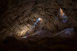 Raios de Sol penetram na caverna Majlis al Jinn