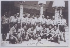 """GROUPE DE ROUTIER DE MAHDIA EN 1950.PORTANT LE NON DE """"TAHAR SFAR"""" EN HOMMAGE AU LEADER NATIONALISTE DÉCÉDÉ EN 1942 SE PRÉPARE A LA RÉSISTANCE ACTIVE CONTRE LE COLONIALISME.."""